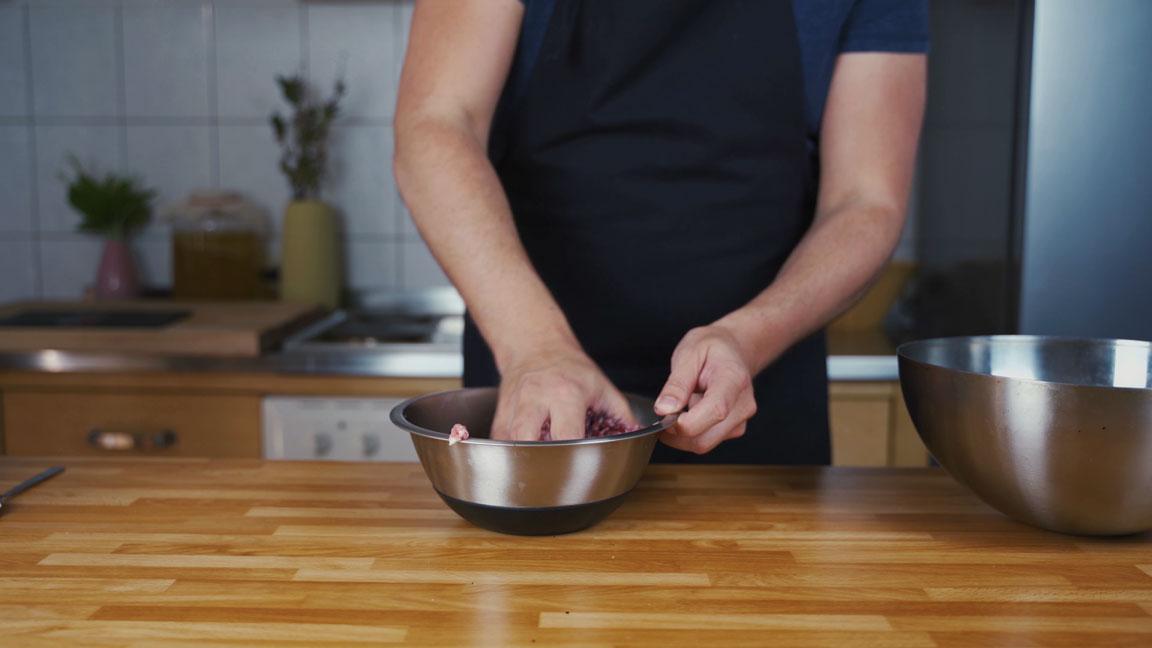 Bratwurst selber machen - Fleisch mit Gewürzen mischen