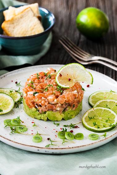 Brotzeit Ideen - Lachstatar gebettet auf Avocado
