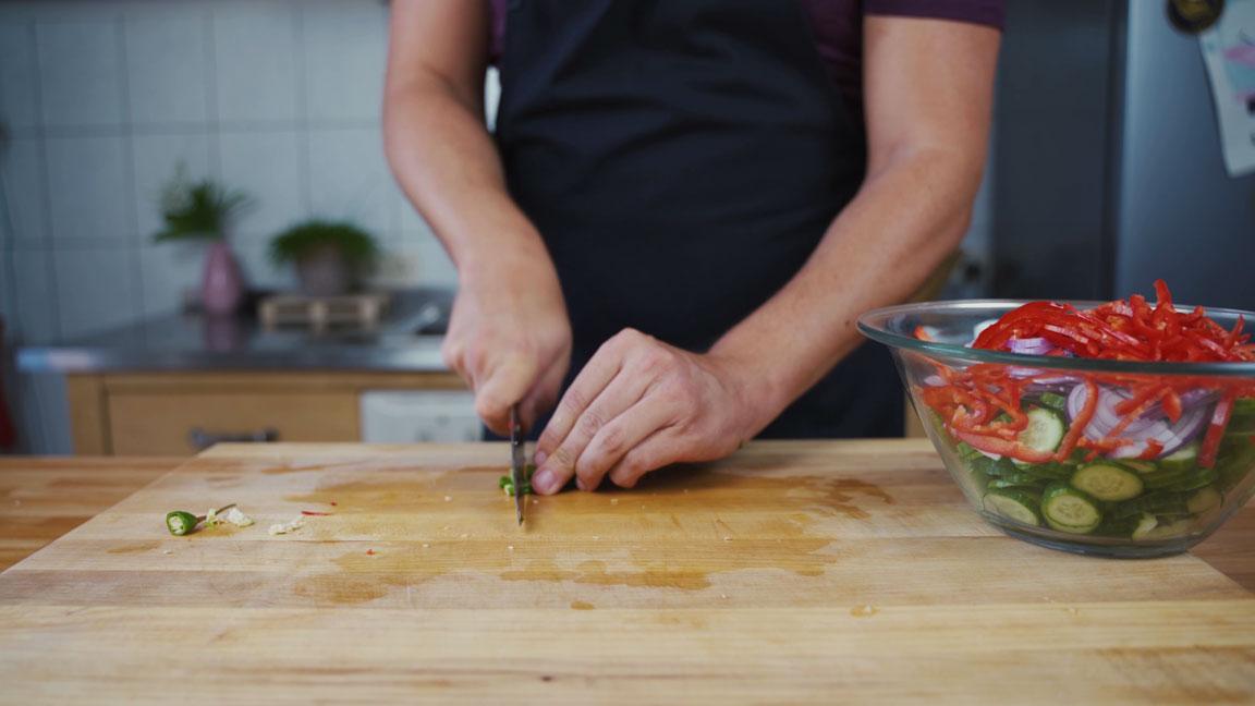 Gurken einlegen- Chili schneiden