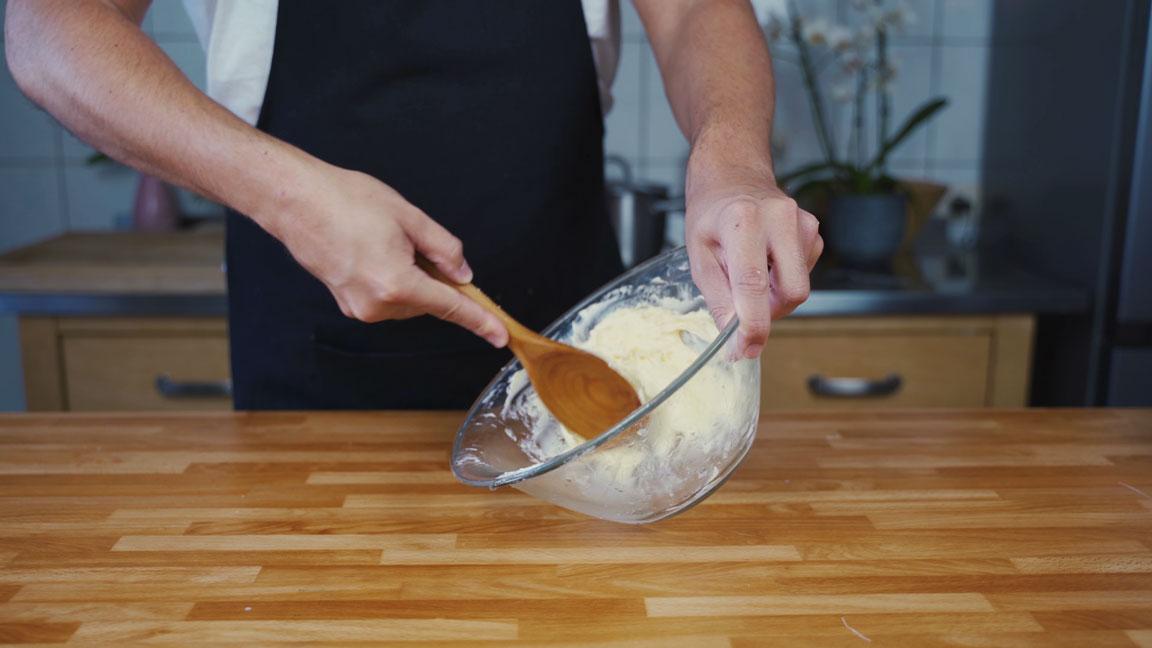Butter selber machen - Butter ausdrücken