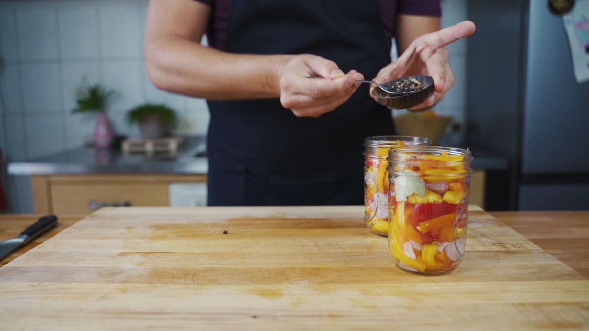 Paprika einlegen - Zutaten in Glas