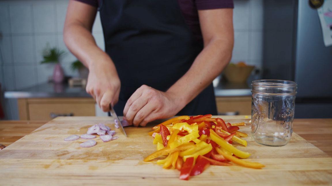Paprika einlegen - Zwiebeln schneiden