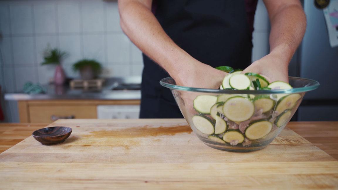 Zucchini einlegen - Salz unterheben