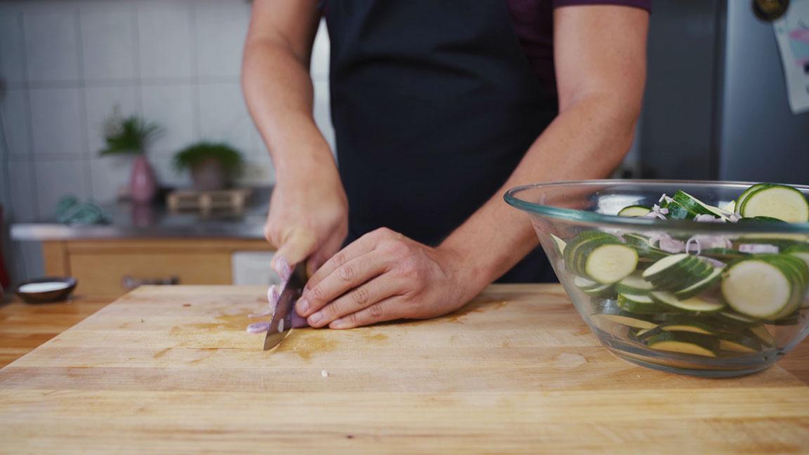 Zucchini einlegen - Schalotten schneiden