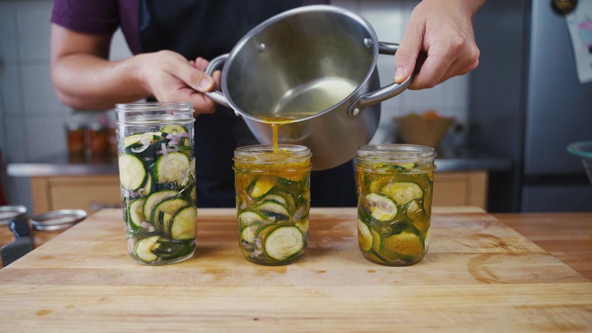 Zucchini einlegen - Sud einfüllen