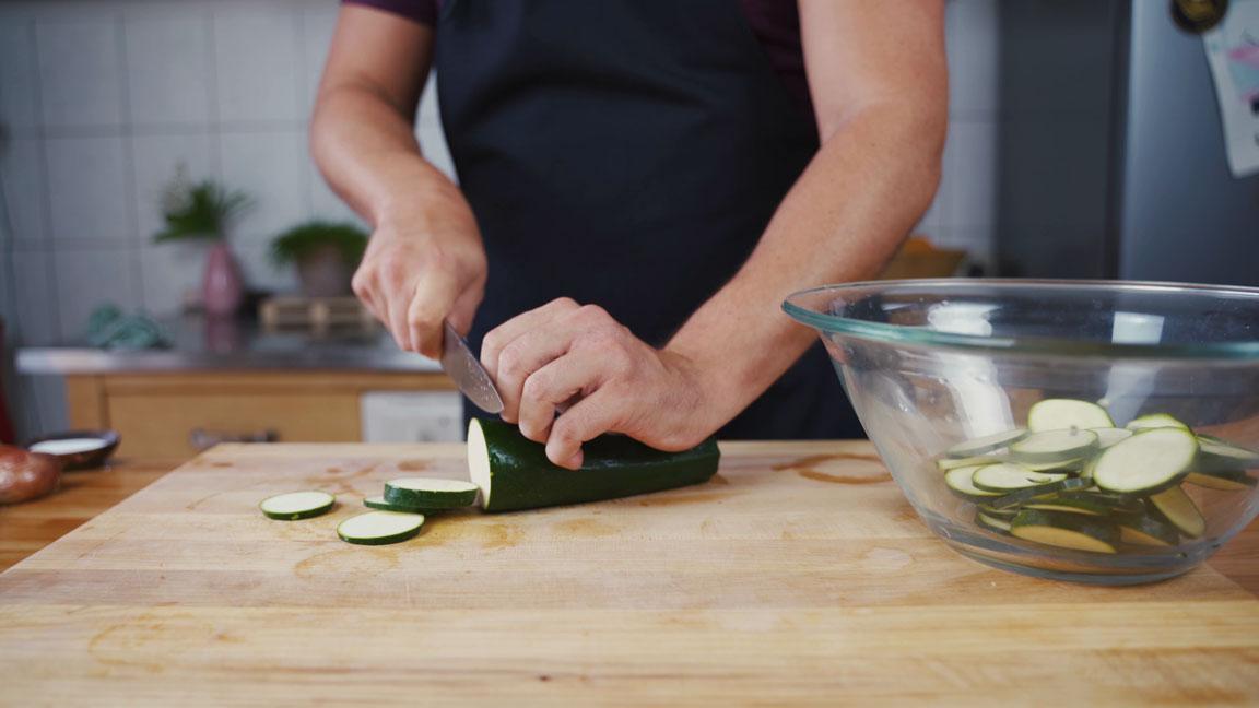 Zucchini einlegen - Zucchini schneiden