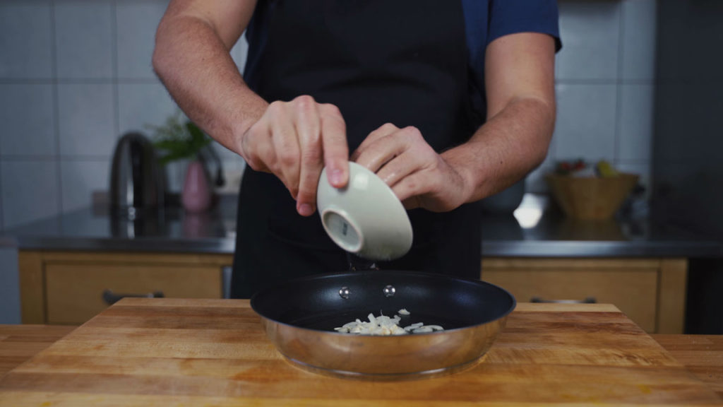 Tomatenaufstrich - Zwiebel anbraten