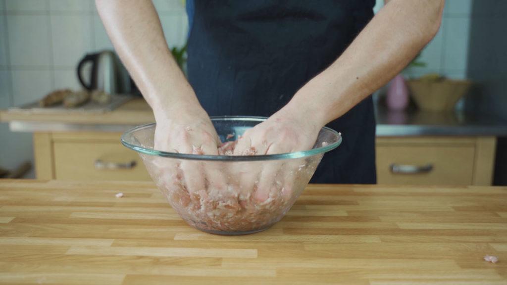 Salsiccia selber machen - kneten