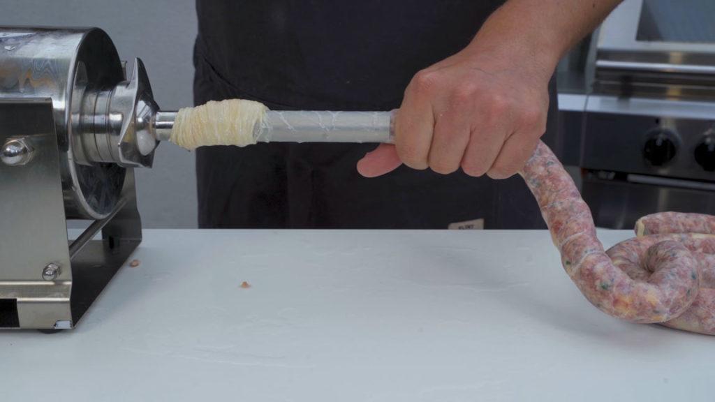 Jalapeno-Käsebratwurst-abfüllen