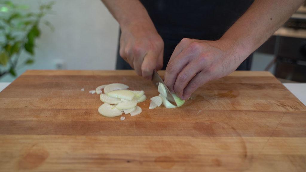 veganer-Leberwurstaufstrich-Zwiebeln-schneiden